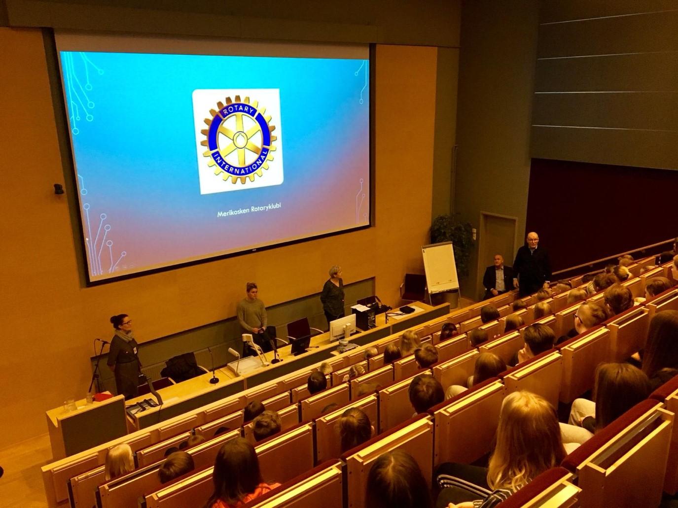 Kuvassa on Rotareiden jäseniä kertomassa toiminnastaan,